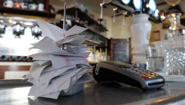 GettyImages-1215874390 restaurant bill check credit card