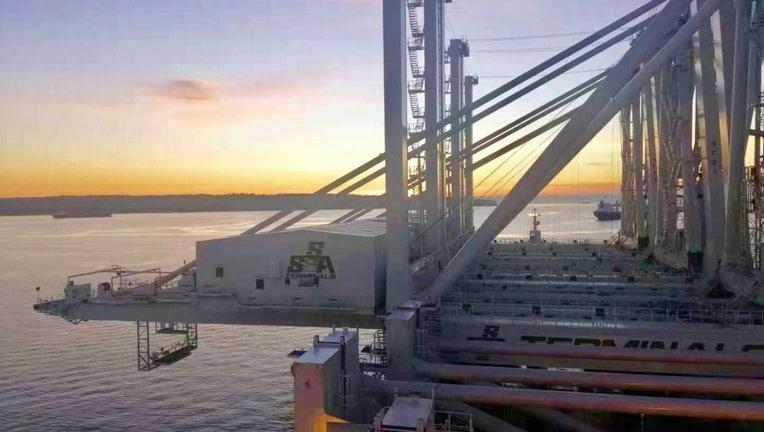 New_cranes_2020_aboard_ship