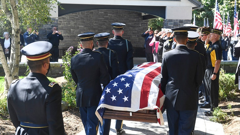 Soldiers and veterans honor a soldier
