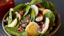 A great summer side or a light dinner: See how to make spinach salad with sweet and sour dressing