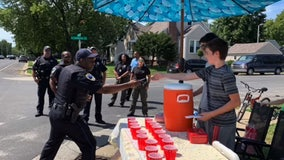 Illinois teens robbed at gunpoint at lemonade stand, local police help replenish lost funds
