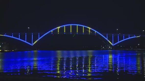 Hoan Bridge lit to honor baseball legend Hank Aaron