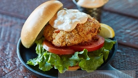 See how to prepare salmon burgers with Cajun tartar sauce