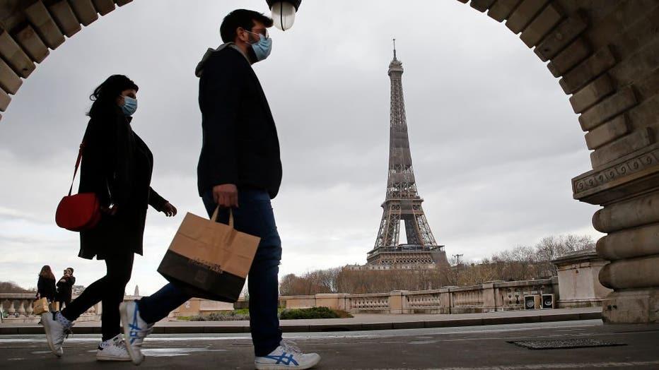 a3e10b4f-Parisians Walks On The Streets Before The 6 PM Covid-19 Curfew