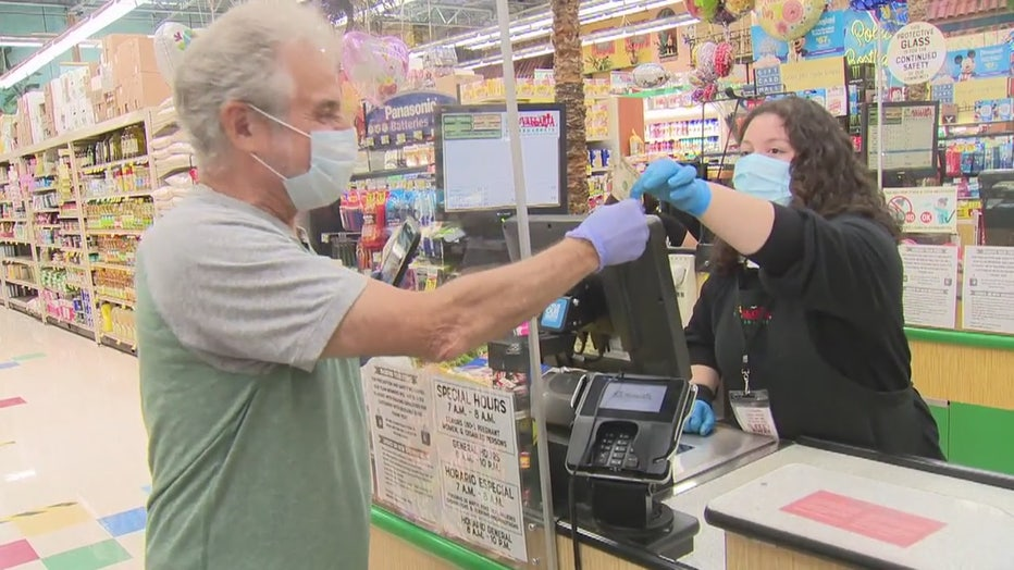 Actor-Barry-Pearl-hands-out-money-to-grocery-stole-employees-050120202.jpg