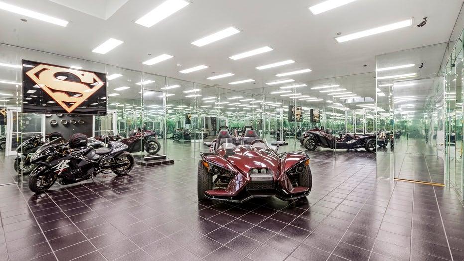 19.-17-Car-Showroom-Style-Garage.jpg