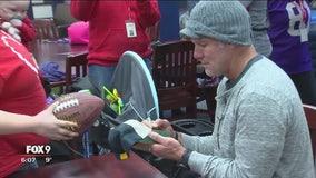 Former Vikings quarterback Brett Favre visits hospital