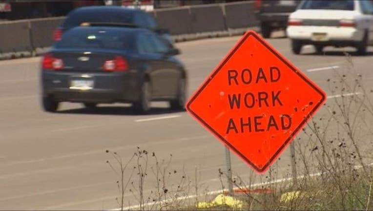 0f283cbc-road work construction sign