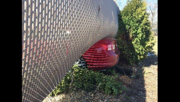 401b284d-car under fence