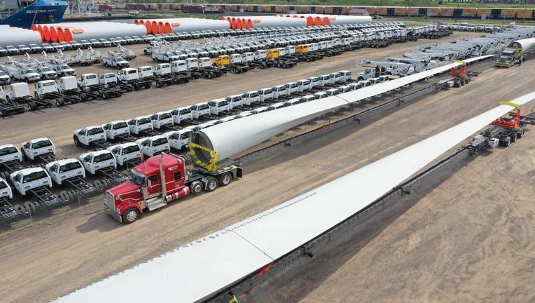 Truck hauling a wind turbine blade