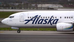 Alaska Airlines flight attendant sings 'Twelve Days of Christmas' to passengers on delayed flight