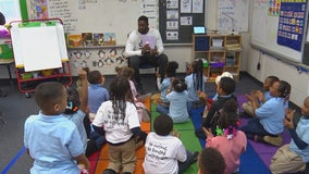 Vikings defensive end shares passion for reading with Minneapolis elementary students
