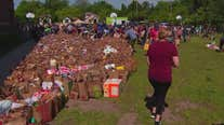 Minneapolis community fills sidewalk with groceries after riots leave area without many stores