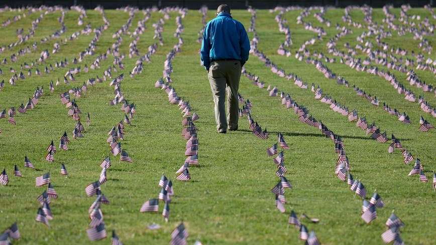 200,000 COVID-19 deaths memorialized by 20,000 American flags across National Mall