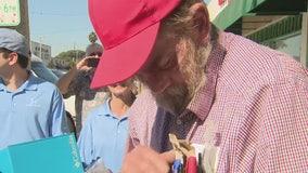 Helpful Honda guys surprise Long Beach homeless man