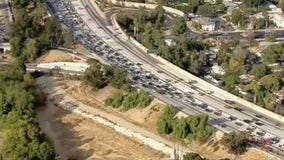 Small grass fire snarls traffic on 405 freeway in Van Nuys