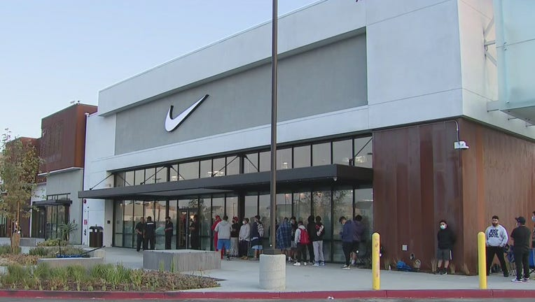 estoy enfermo aire Marco Polo  New Nike community store opens in Watts in honor of Mamba Week