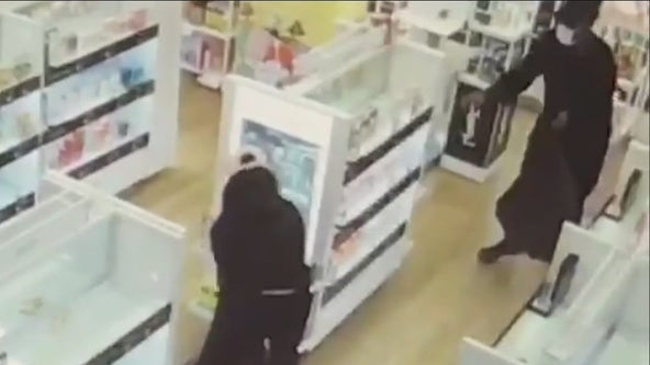 Thieves steal from Ulta Beauty store in Calabasas in brazen robbery captured on video