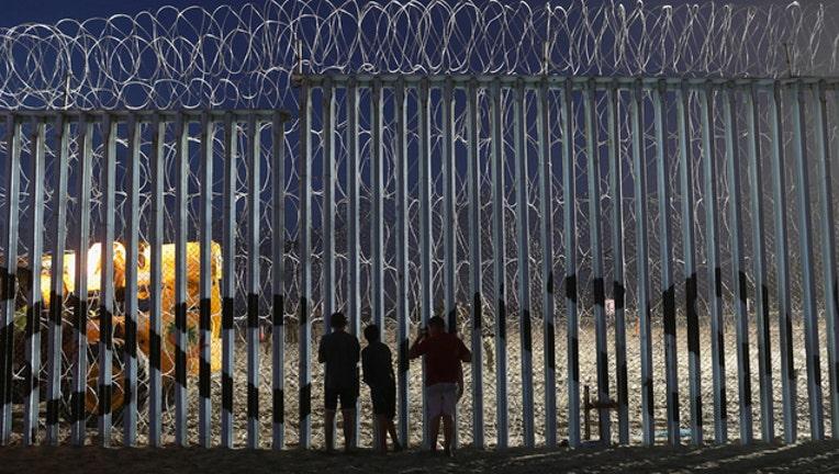 abade7d3-Getty_Us Mexico Border_112018_1542713057651.jpg-403440-403440.jpg