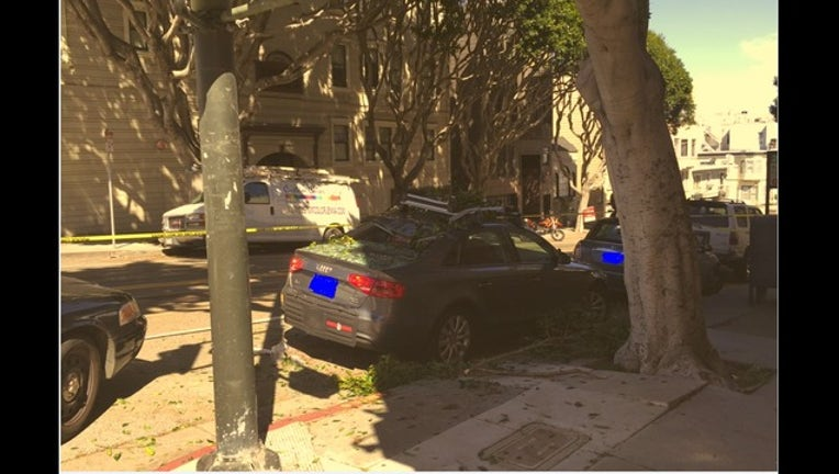 701c02c0-Wild chase on top of roofs in San Francisco; suspect falls onto car