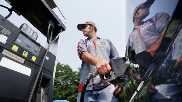 Average US price of gas holds steady at $2.94 per gallon
