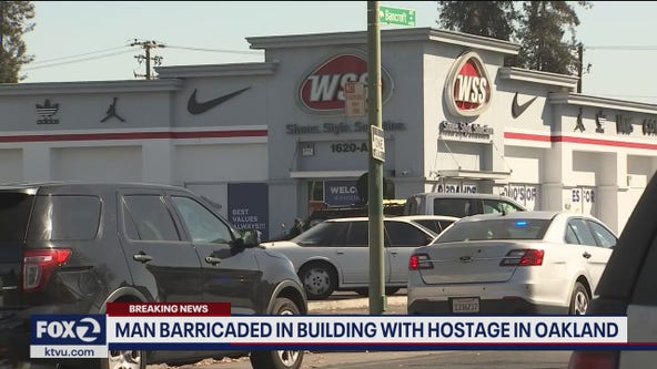 Man barricaded in building with hostage in Oakland