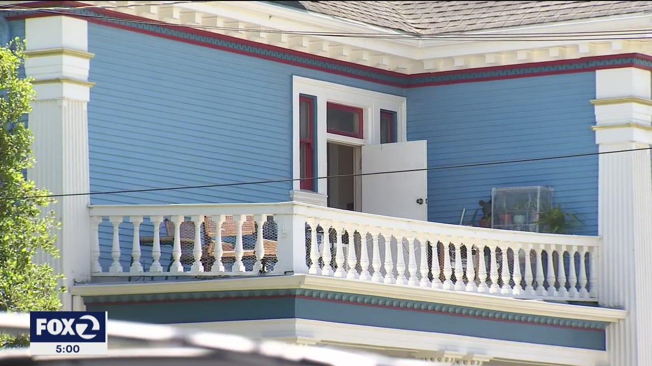Balcony prowler lurking in Oakland neighborhood