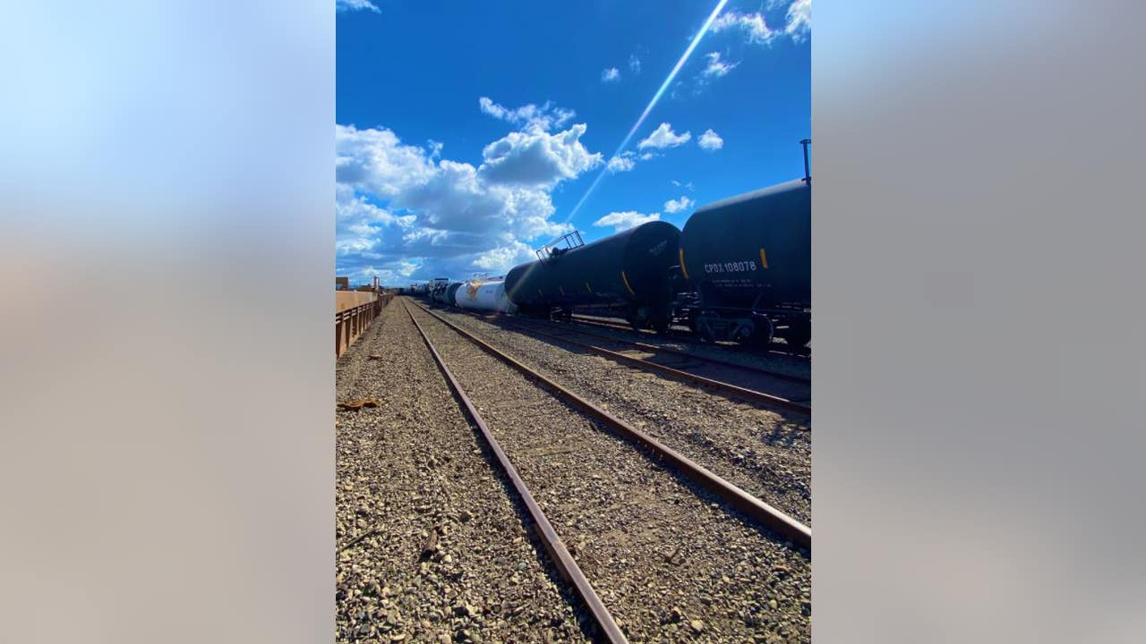 Trains hauling chemicals derail in Oakland