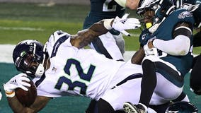 Seahawks re-sign free agent running back Chris Carson