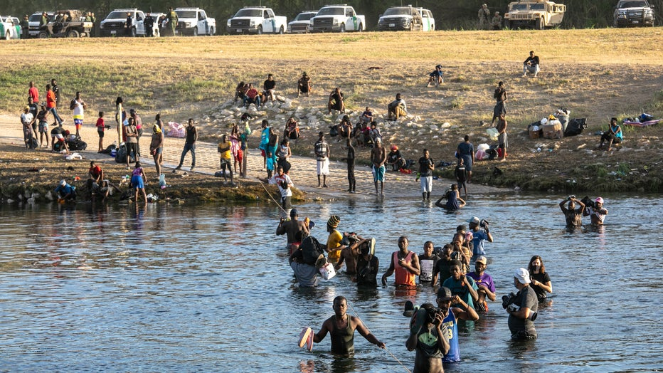 b1bbd9b2-Large Migration Surge Crosses Rio Grande